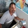 Sven ist mal wieder im Motorraum, diesmal um mit Aluminiumklebeband unsere Erde zu verbessern.
