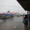 Es regnet kräftig an einem Markttag