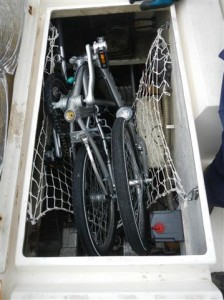 Fahrrad ist im Maschinenraum verstaut.