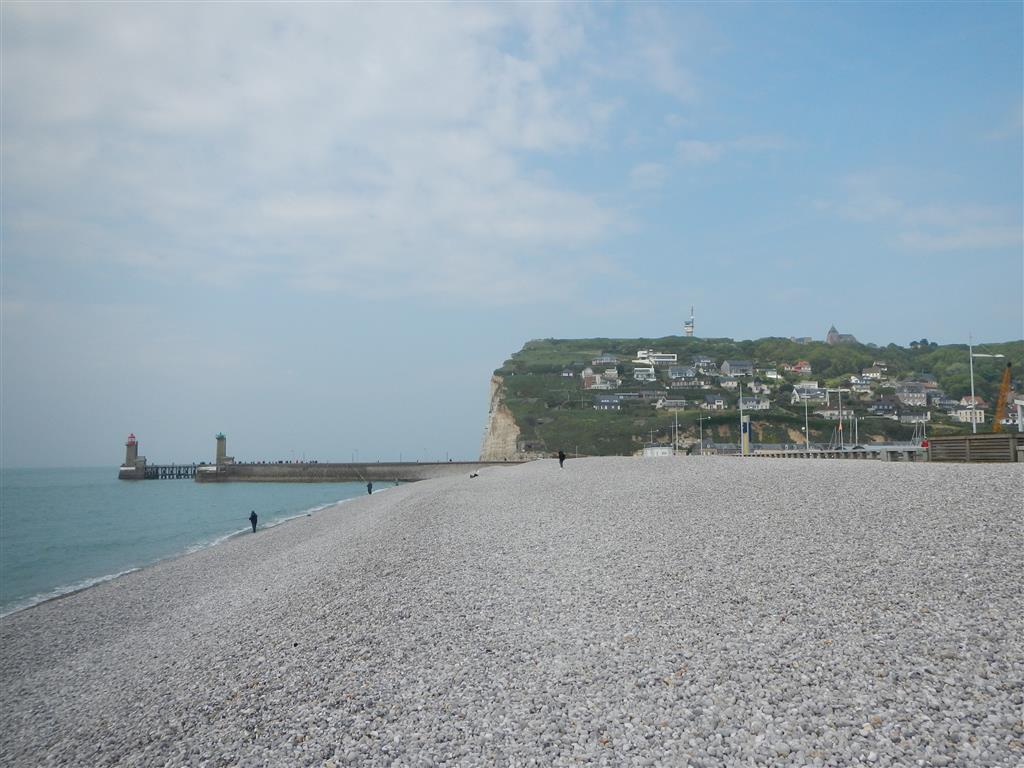 Strand in Fecamp, im Hintergrund Hafeneinfahrt und das Kap.