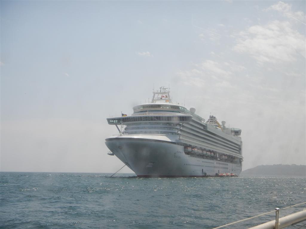 Ein Kreuzfahrtschiff mitten in der Hafeneinfahrt