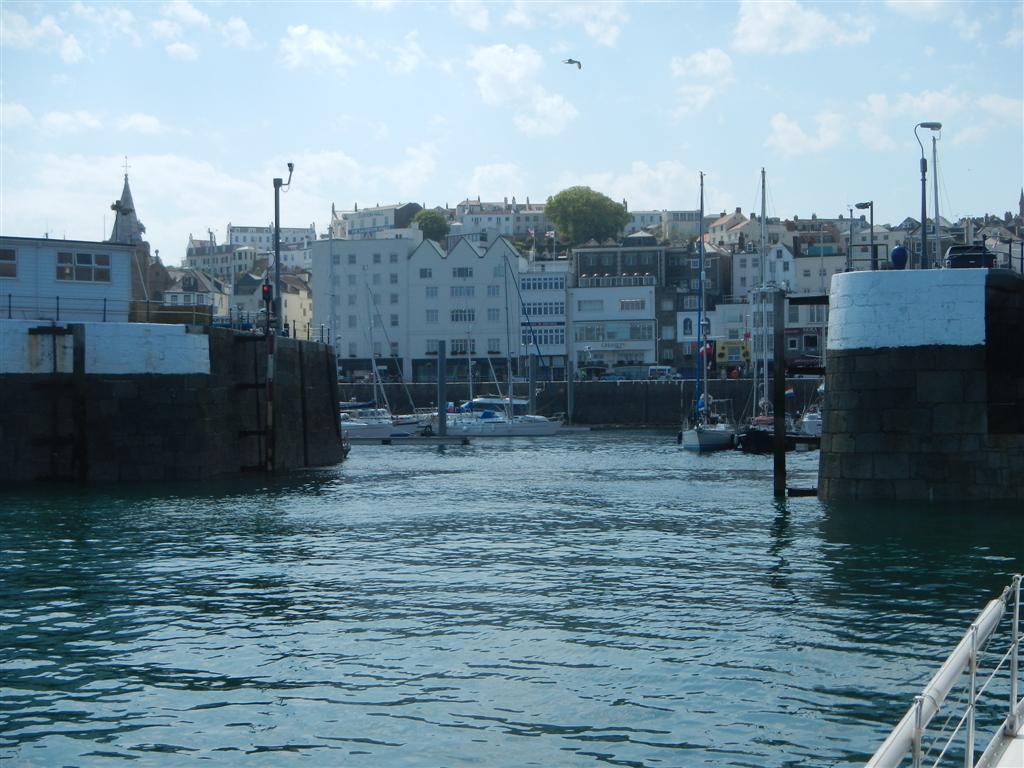 Einfahrt der Victoria Marina in Guernsey, St Peter Port
