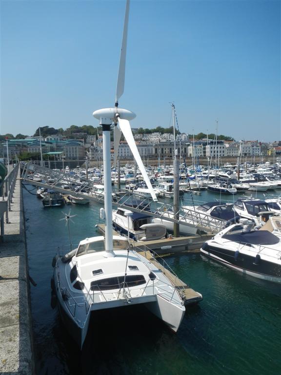 Im Hafen von Guernsey liegt dieses Ungetüm.