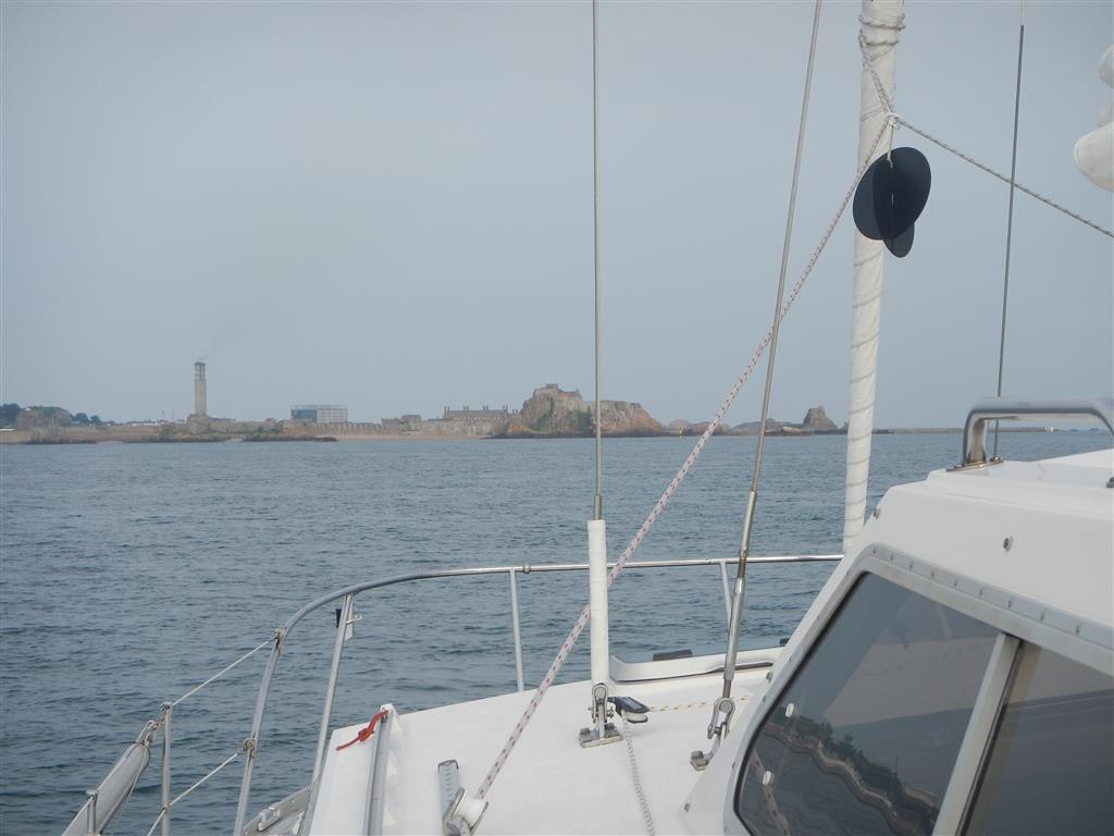 Vor Anker in der St Aubins Bay mit Blick auf Elizabeth Castle .
