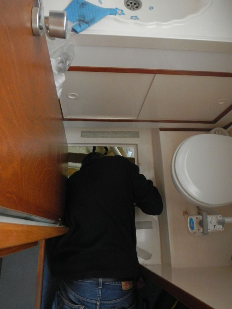 Sven unterfüttert den Badboden.