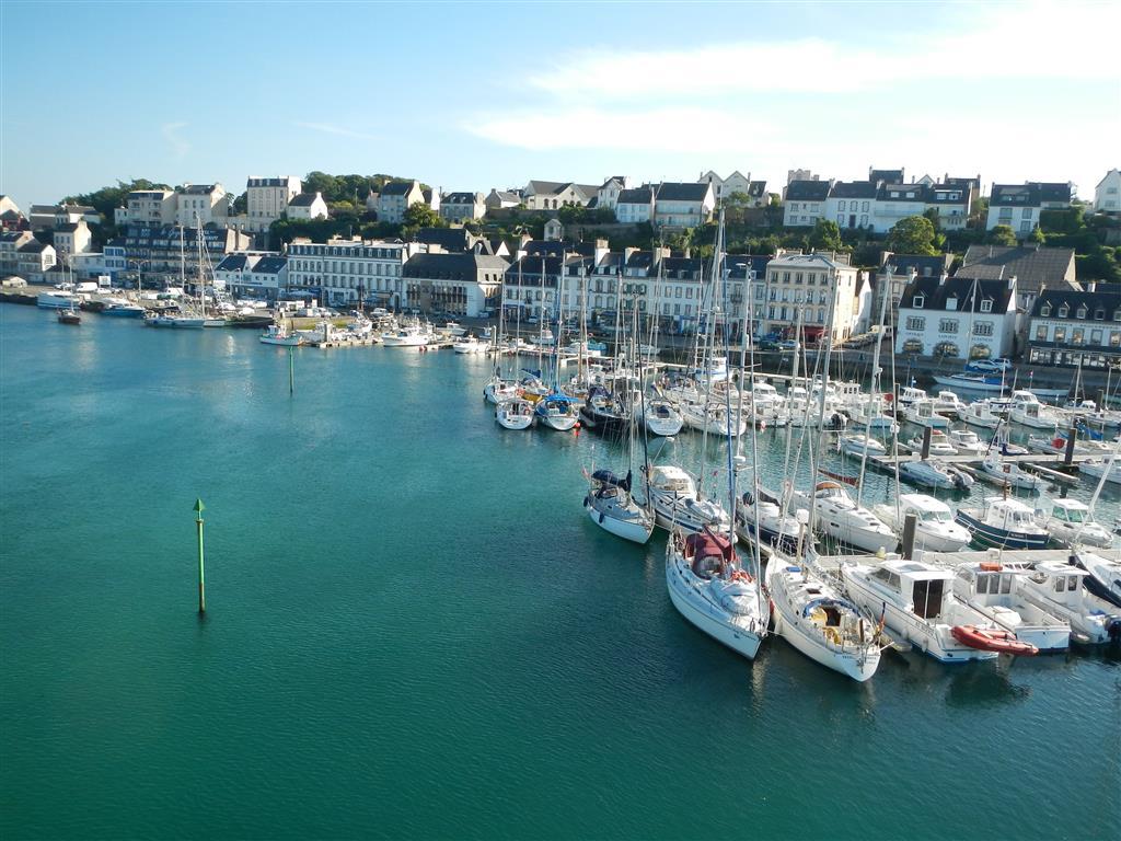 Blick vom Mast aus. Der Hafen von Audierne ist voll.