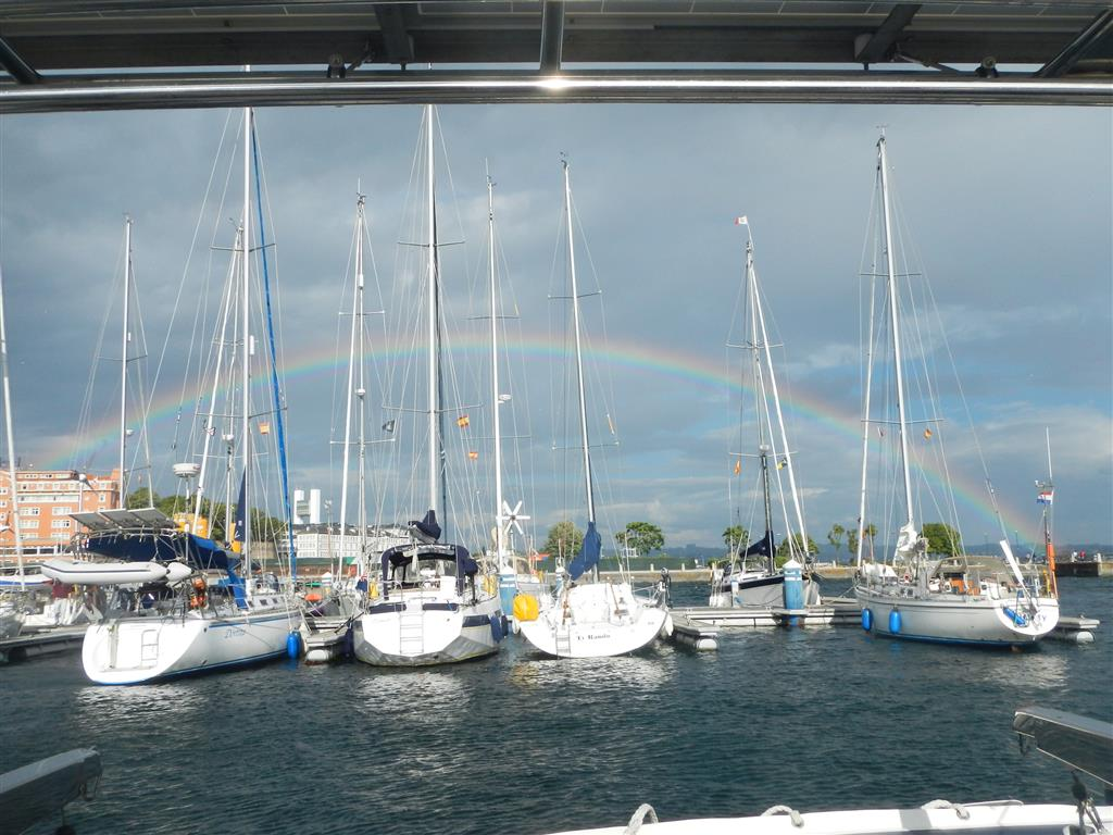 Die kurzen Regenschauer bringen einen wunderschönen Regenbogen.