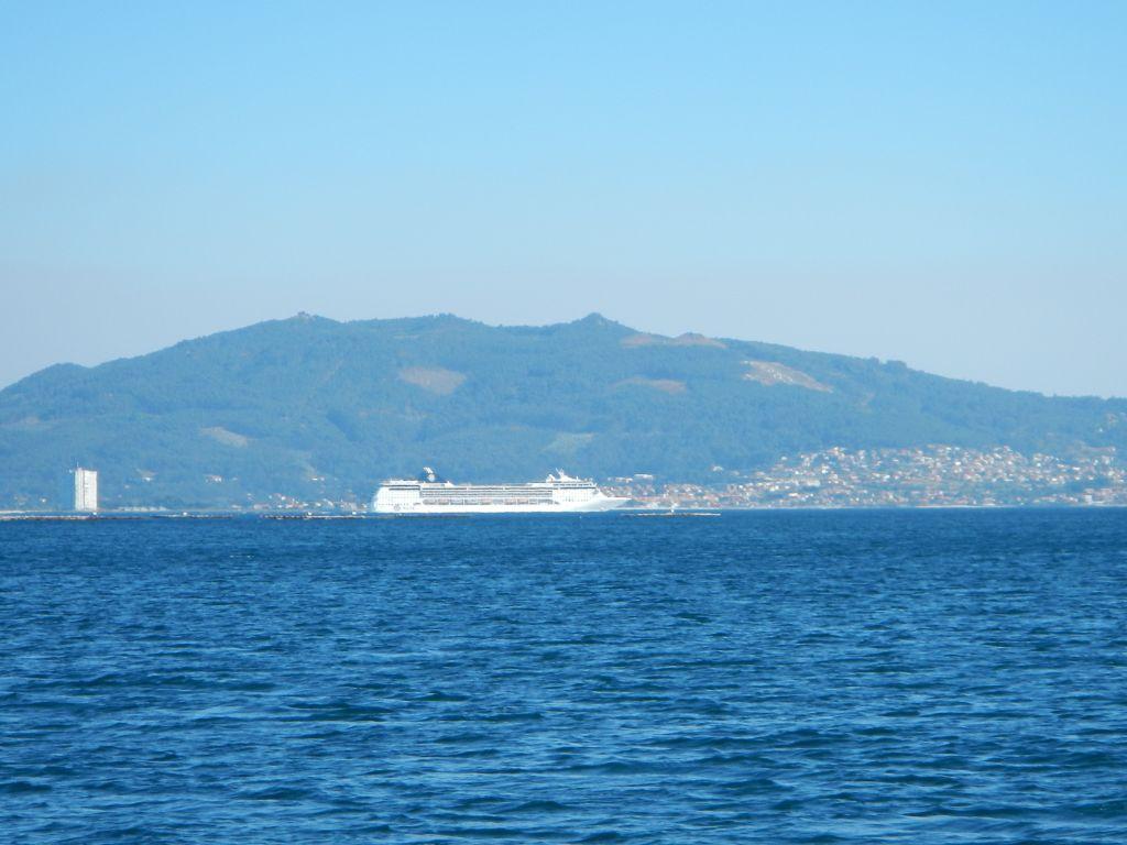 Ein paar Kreuzfahrtschiffe fahren hier auch ab und zu vorbei