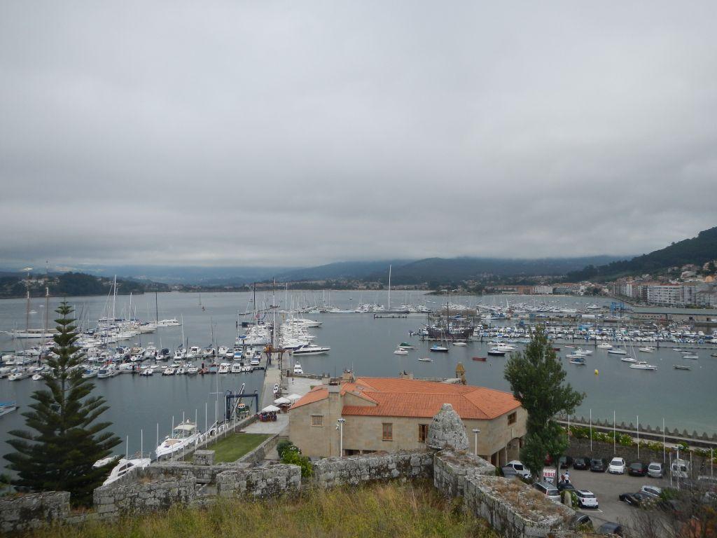 Blick vom Castell in Bayona auf den Hafen und die Ankerbucht. Wer Felix hier findet, darf sich diesmal ganz ganz oft freuen!