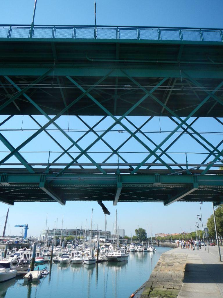 Die laute Eisenbahnbrücke in Viana do Castelo, und wir sind direkt darunter