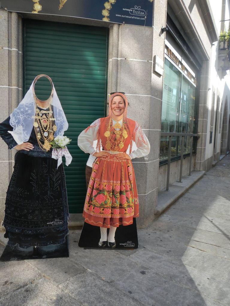 Trachten sind in Portugal ein wichtiges Thema. So würde ich in Tracht aussehen.