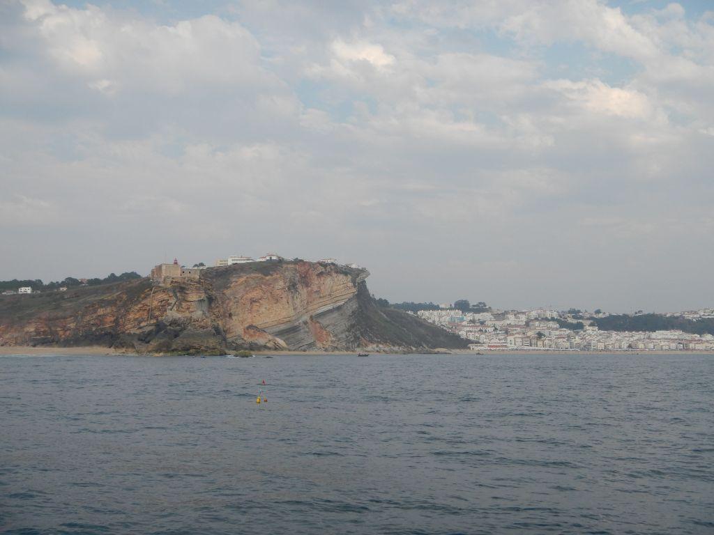 Das Kap von Nazare, bei der Einfahrt in die Marina. hier sind wir später rauf gelaufen, das war ein Blick!