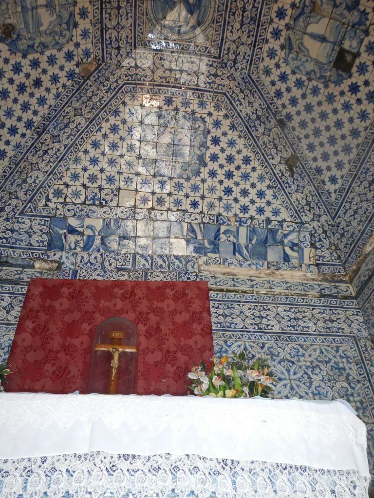 Im Innern einer kleinen Kapelle in Nazare, hier werden Häuser sowohl innen als auch außen gerne mit bunten Fließen geschmückt, die teilweise ganze Gemälde darstellen.