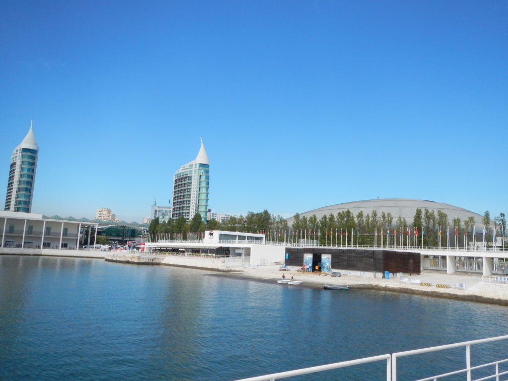 """Blick auf das Expo Gelände, im Hintergrund befindet sich das Einkaufszentrum """"Vasco da Gama""""."""