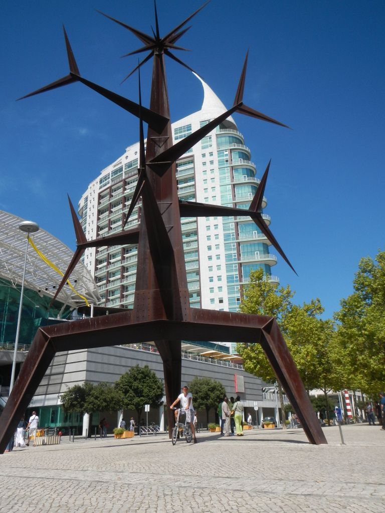 "Skulptur vor dem Einkaufszentrum ""Vasco da Gama""."