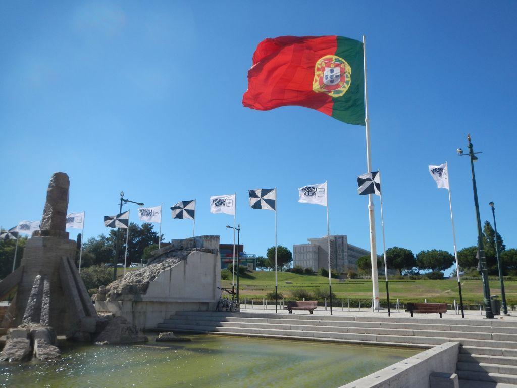 Die riesige Portugalflagge.