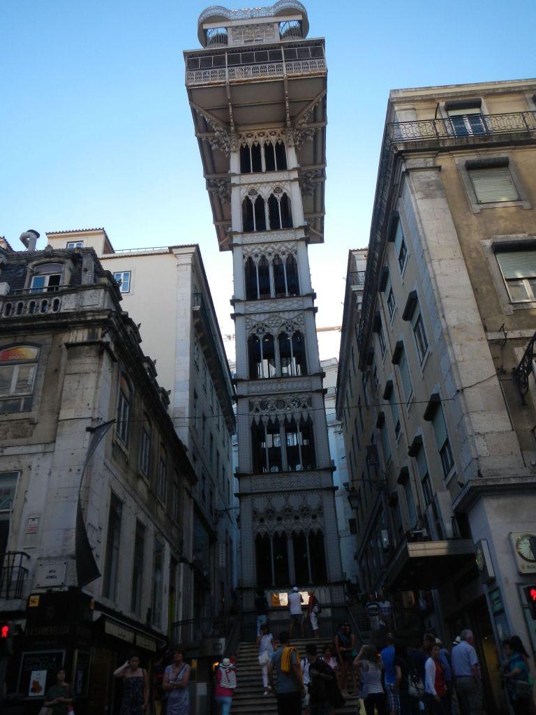 Der Aufzug in die Oberstadt (Elevador de Santa Justa) bei Tag...
