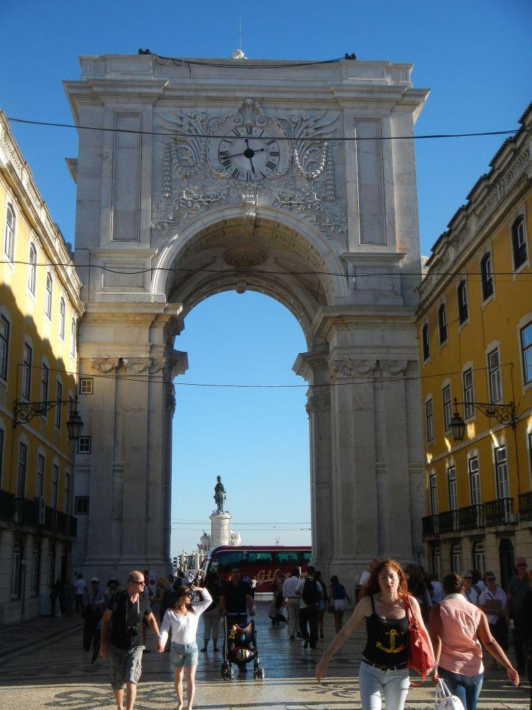 Das Tor zu Beginn der Fußgängerzone in Lissabon.