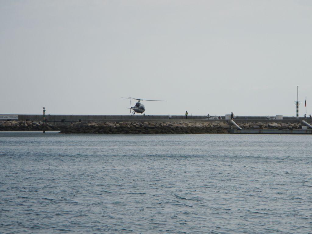 Gelandet ist er dann auf dem schmalen Wellenbrecher der Marinaeinfahrt von Cascais.