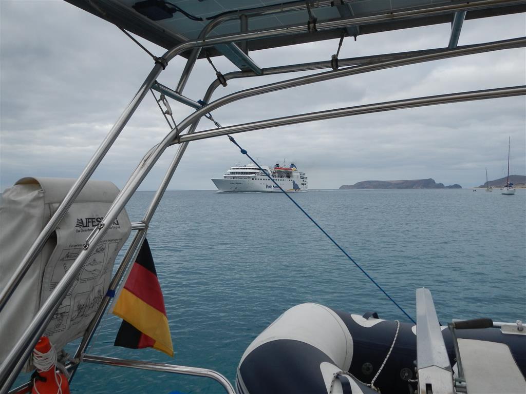 Am Ankerplatz von Porto Santo. Im Hintergrund sieht man die Fähre, die von Madeira nach Porto Santo und zurück fährt.