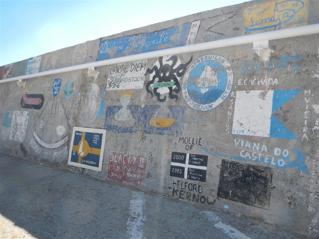 Die Hafenmauer von Porto Santo, hier haben sich viele Yachten verewigt.