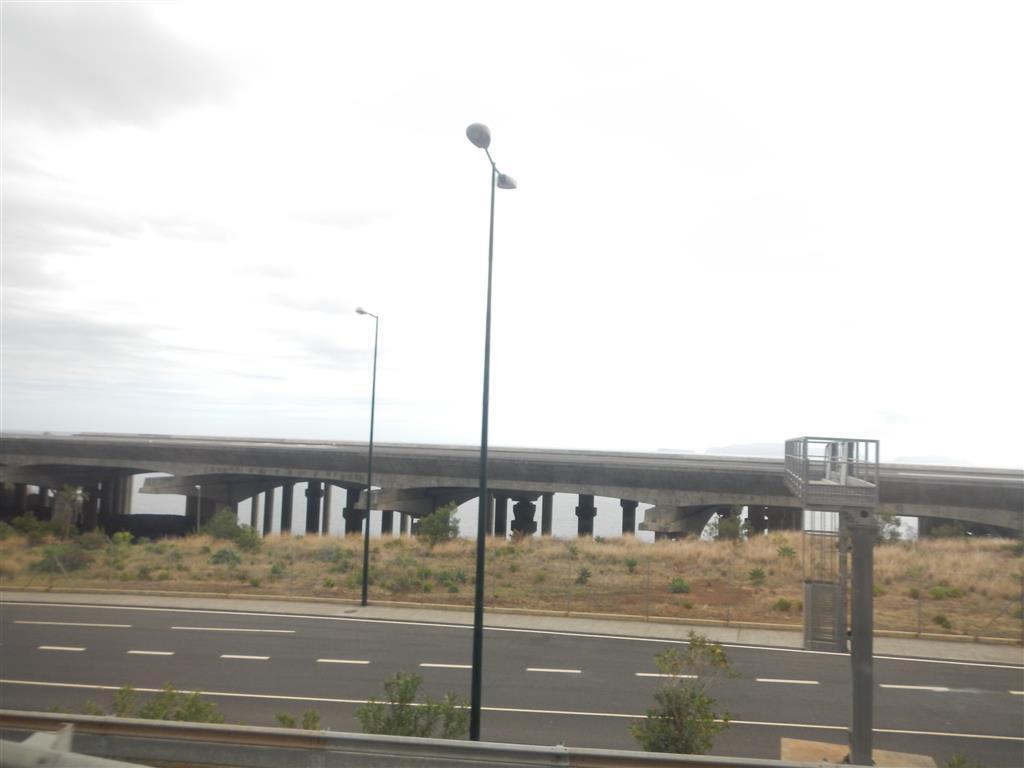 Auf dem Weg nach Funchal. Hier sieht man die Landebahn des Flughafens, darunter befindet sich eine Art Werft, wo Schiffe an Land aufgestellt sind, natürlich überdacht durch die Landebahn