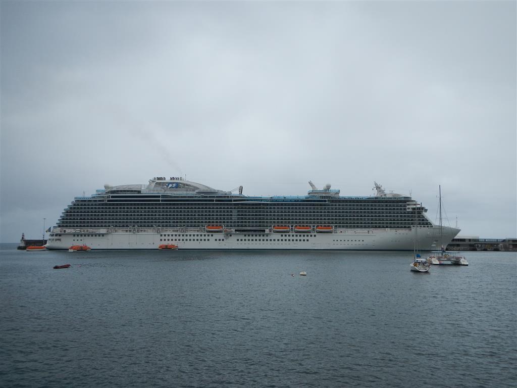 """Im Hafen von Funchal liegt eigentlich andauernd ein Kreuzfahrtschiff, diesmal die """"Royal Princess""""."""