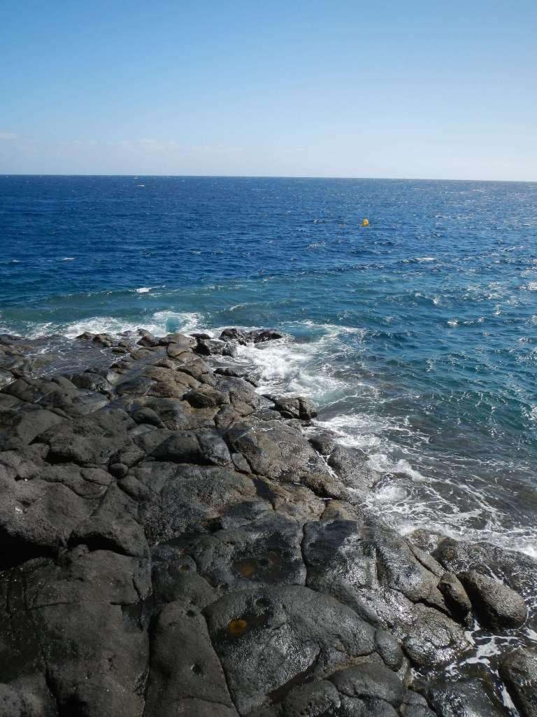 Hier sind Strand und Steine pechschwarz.