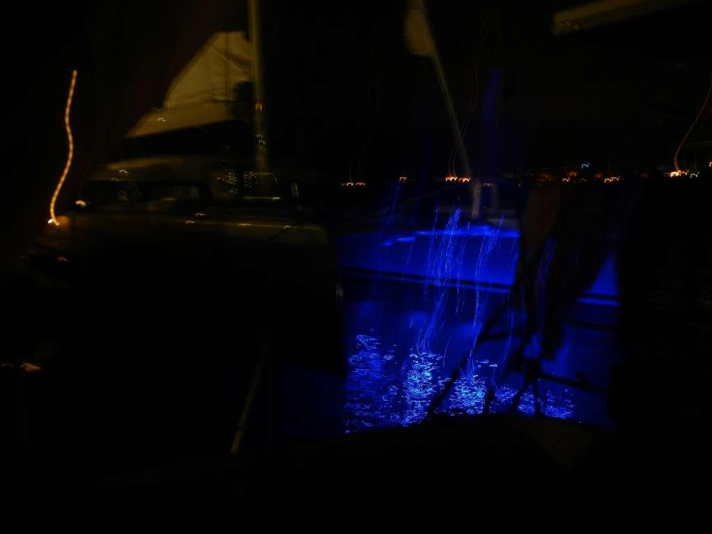 """Dieser riesige Katamaran lag neulich hinter uns, und er hatte doch tatsächlich blaue """"Unterbodenbeleuchtung""""!"""