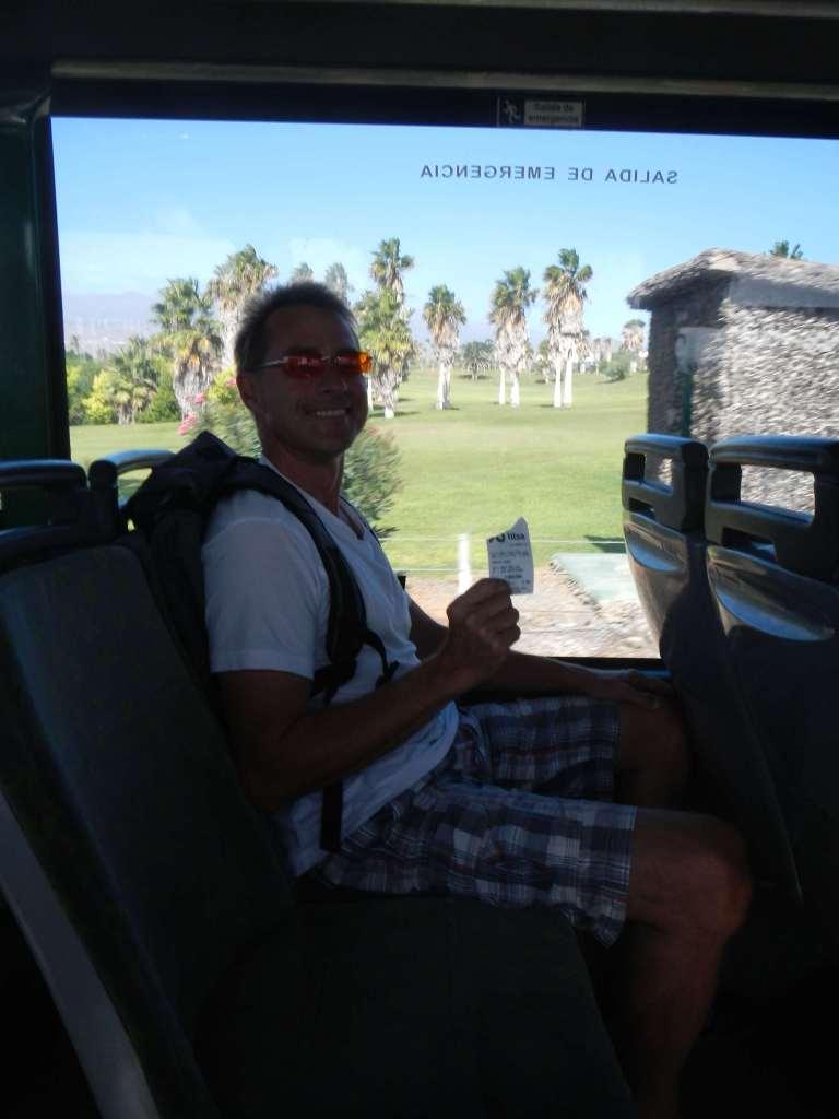 Sven fährt ganz brav mit Fahrkarte und Rucksack Bus :-)