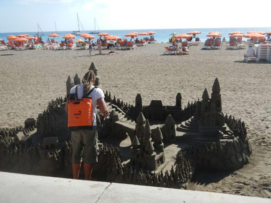 Tolle Sandburgen werden gebaut.