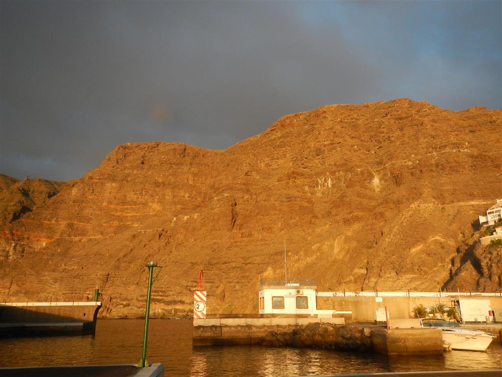 Blick auf die Ausfahrt der Marina Los Gigantes bei kaum Wind.