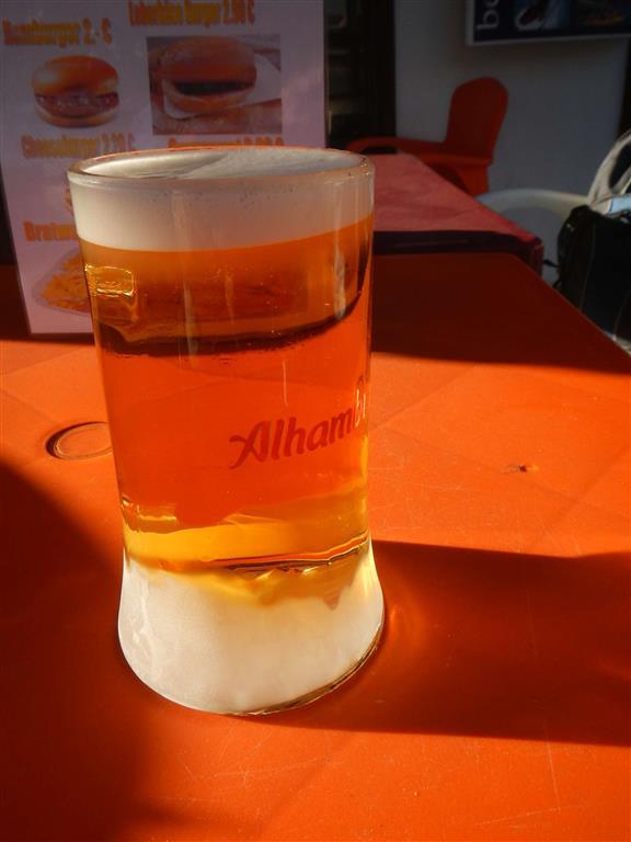Wir genießen ein kaltes Bier in der Bar eines ausgewanderten Schweizers.