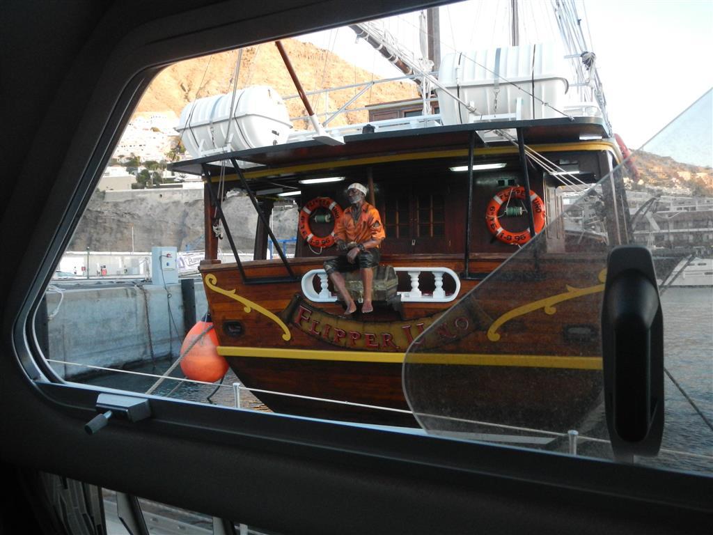"""Das Ausflugsschiff """"Flipper Uno"""" liegt direkt neben uns."""