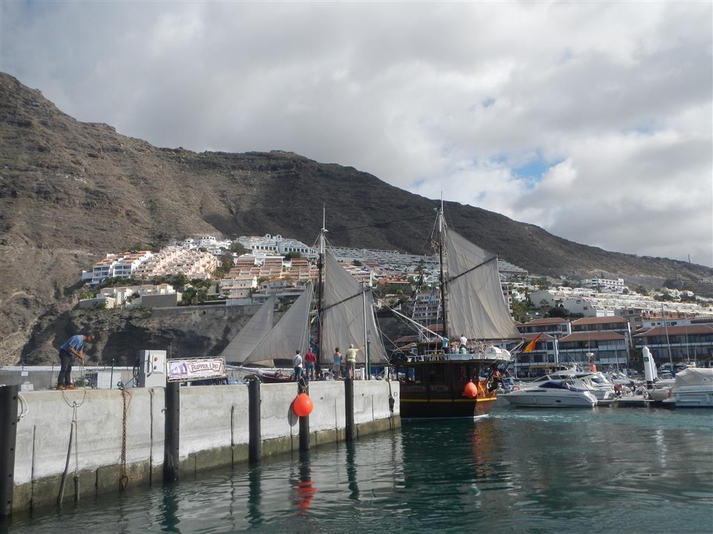 """Die """"Flipper Uno"""" verlässt den Hafen, und das meistens 3mal am Tag mit jeweils ca. 30-60 Touristen. Bei der Ab- und Einfahrt erklingt dann immer die Musik aus """"Fluch der Karibik"""", das haben wir jetzt als Dauerohrwurm..."""