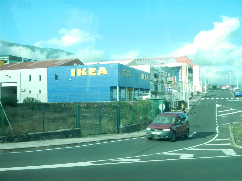 Wir sehen den kleinsten IKEA, den wir je gesehen haben auf dem Heimweg von unserer Wanderung.
