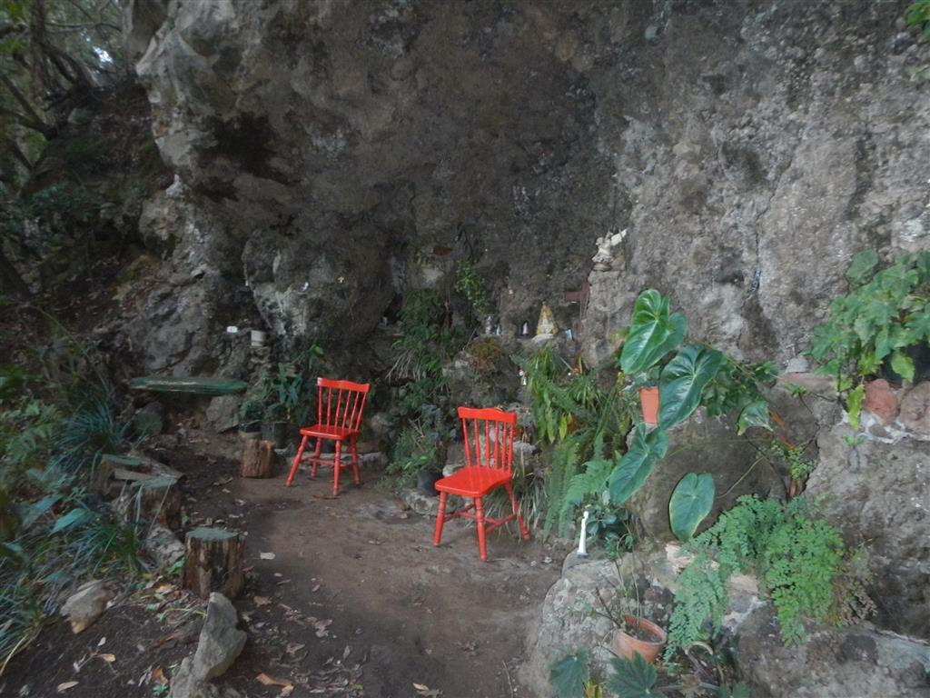 Immer wieder gab es kleine grottenartige Ausbuchtungen, dort haben die Menschen Devotionalien aufgestellt.
