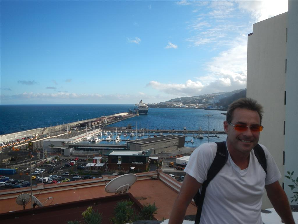 """Blick auf den Hafen und die Marina von Santa Cruz de La Palma, im Hintergrund liegt das Kreuzfahrtschiff """"Mein Schiff 1"""""""