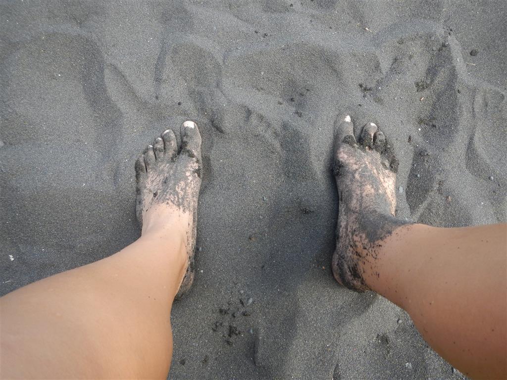 Hier gibt es nur schwarzen, feinen Sand