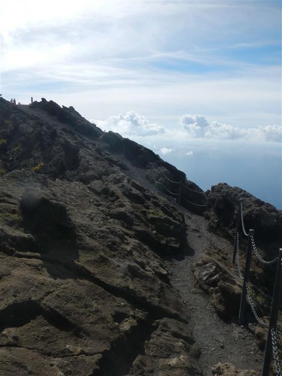Der Weg auf dem Kraterrand.
