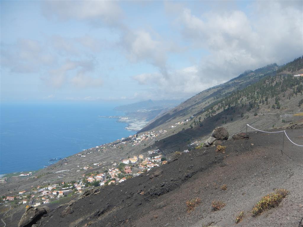 Blick vom Vulkan San Antonio über die Küste von La Palma.