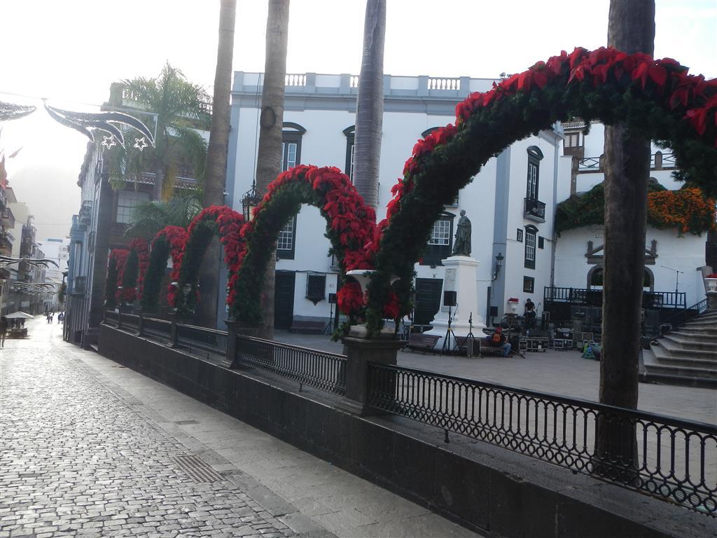 Die Straßen von Santa Cruz de La Palma sind mit Weihnachtssternen geschmücht.