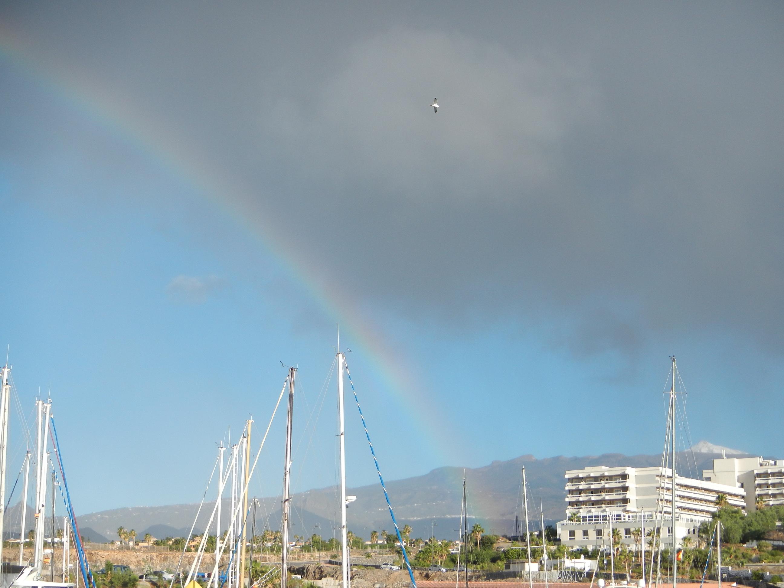 Regenbogen im Hafen von San Miguel, rechts im Bild kann man den schneebedeckten Teide sehen.