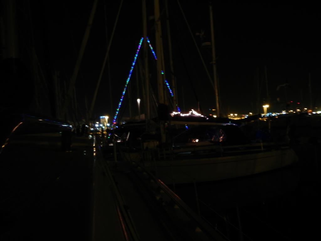 Viele Yachten haben tolle Weihnachtsbeleuchtung angebracht.