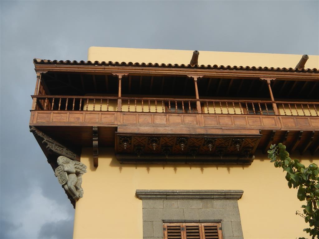 Auch hier finden wir überall typisch kanarische Balkone.