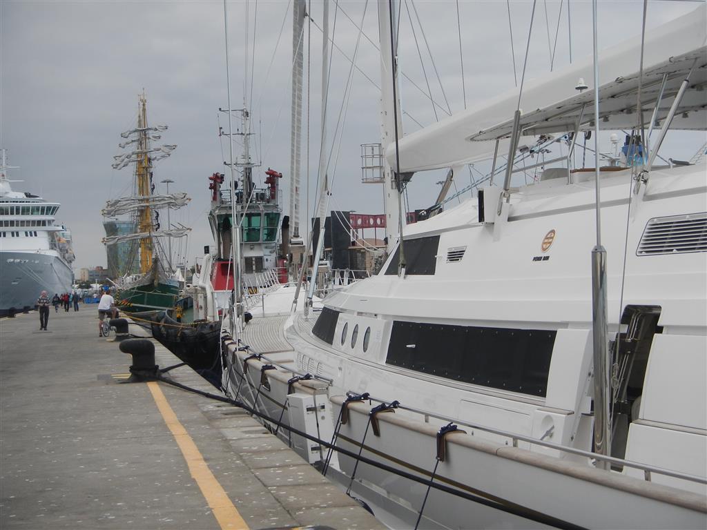 Und auch diese Yacht liegt gerade in Las Palmas, die Felicita aus London, ein 64 m langes Segelschiff. Das ist eine ganze andere Klasse als wir...