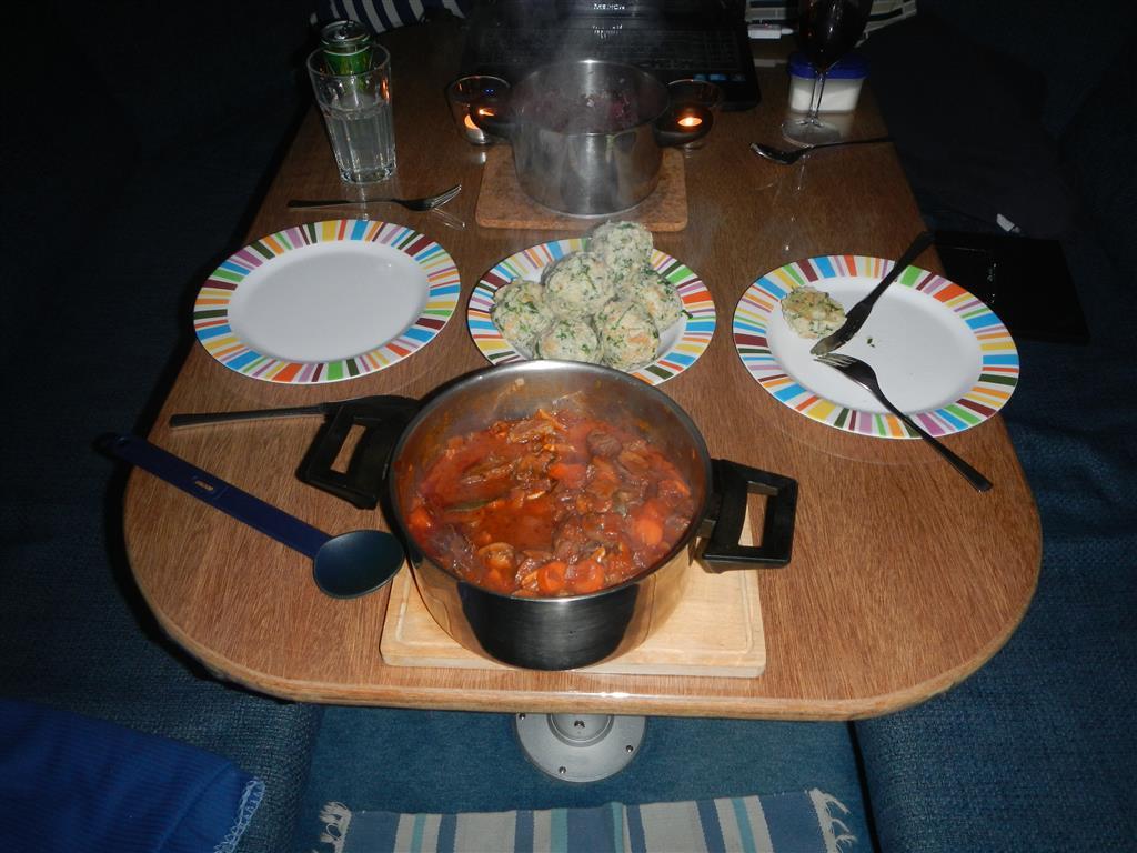Mal wieder ein Essensfoto: Es gab selbstgemachte Knödel und ein Schmorfleisch dazu, und natürlich Rotkraut!
