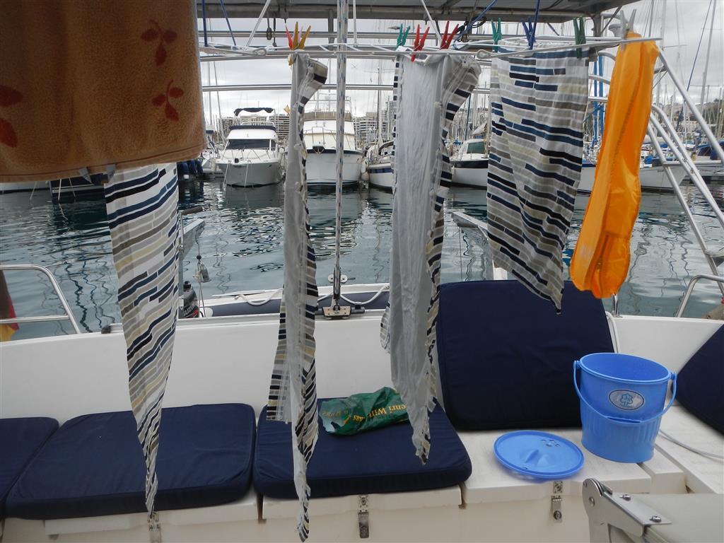 Die Vorhänge werden gewaschen. Wir sind immer noch ganz begeistert von unserem Wäscheständer, den wir in Holland gekauft haben, er passt einfach perfekt zu diesem Schiff!