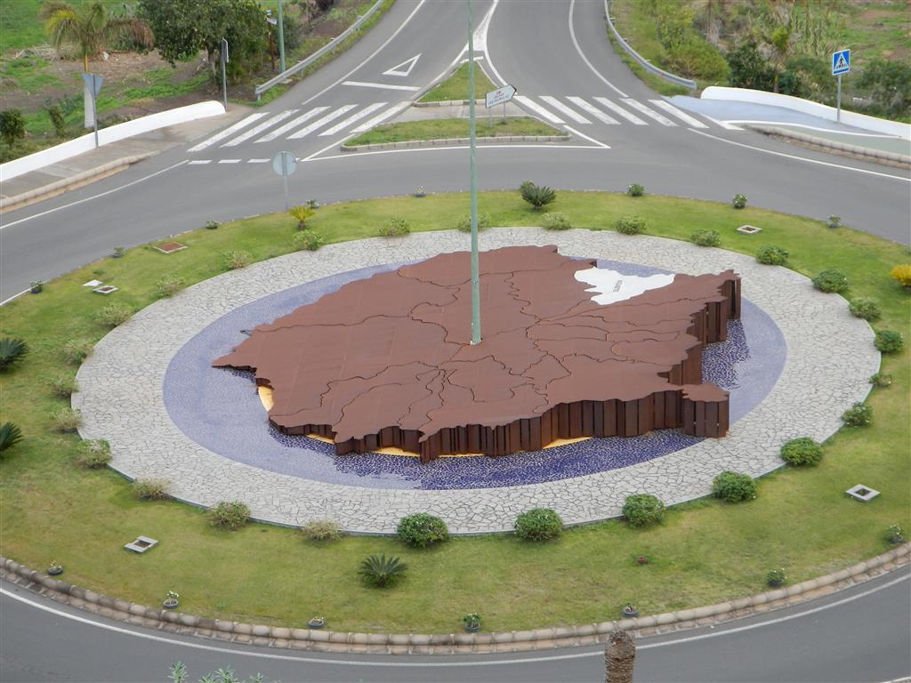 Tolle Plastik am Kreisverkehr. Sie stellt Gran Canaria dar. Norden ist dem Fall rechts, dort wa der helle Fleck ist, ist Puerto de las Nieves.