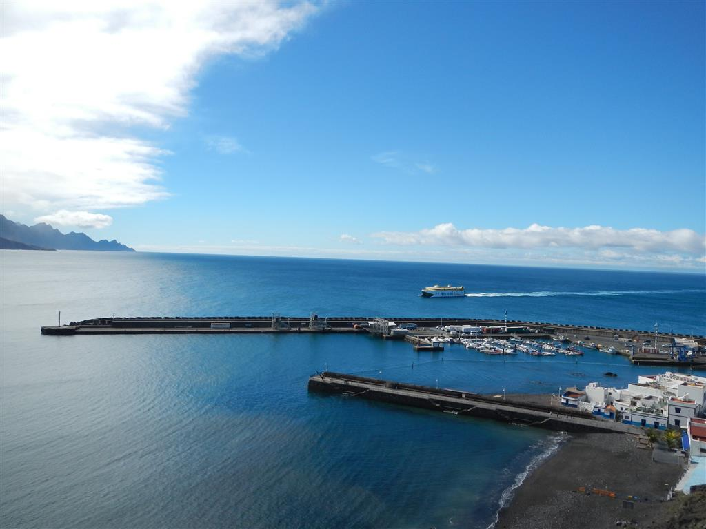 Blick auf den Hafen von Puerto de las Nieves. Die Fred Olsen Fähre von Teneriffa läuft gerade ein.